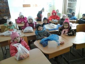 Aici suntem în clasă, la întoarcere. Un pic obosiți (azi am făcut ceva mișcare, ne prinde bine!), dar bucuroși nevoie mare!